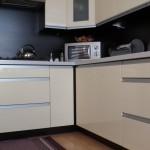 Nowoczesna zabudowa mebli kuchennych, szafki kuchenne, przykładowe aranżacje kuchni rawa maz,