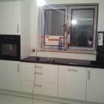 Nowoczesna zabudowa w lakierze, Kuchnia lakierowana biała, meble biało-czarne