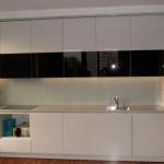 Nowoczesna zabudowa kuchenna lakierowana na wysoki połysk