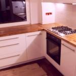 Biała kuchnia z blatem drewnianym