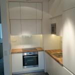 Estetyczna biała kuchnia z dębowymi blatami