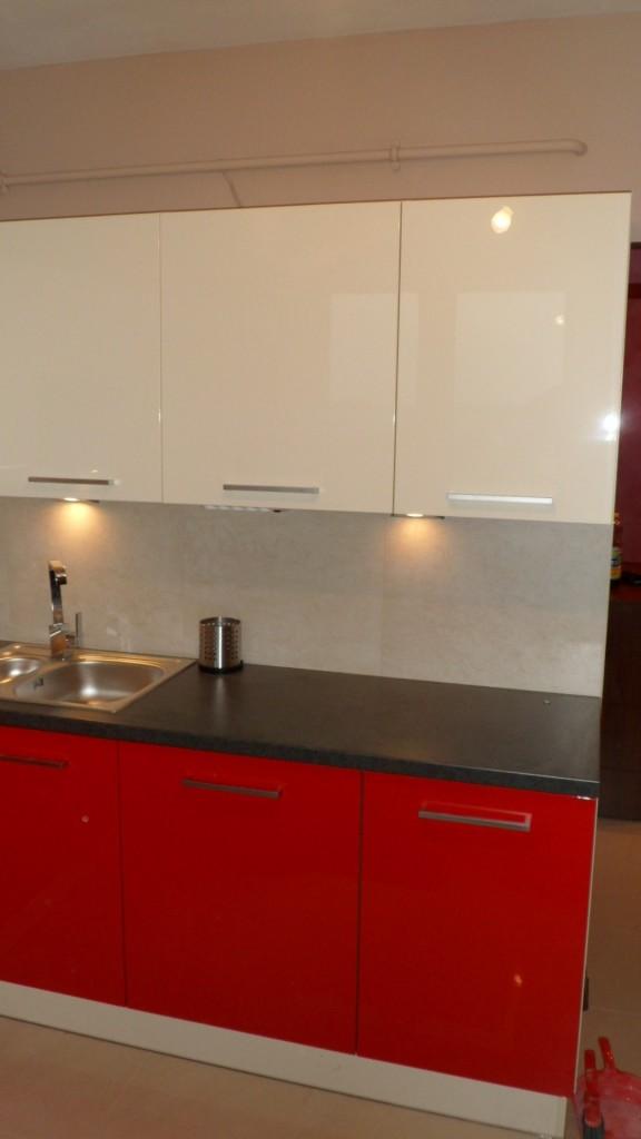 czerwone meble do kuchni Warszawa, nowoczesna zabudowa kuchenna lakierowana