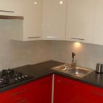 czerwone meble kuchenne warszawa, aranżacja małej czerwonej kuchni, aranżacja nowoczesnej zabudowy kuchennej,