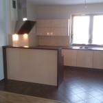Zabudowa kuchenna na wymiar, meble kuchenne otwarte na salon, nowoczesne meble kuchenne lakierowane