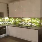 Nowoczesna zabudowa kuchni lakierowanej na wysoki połysk